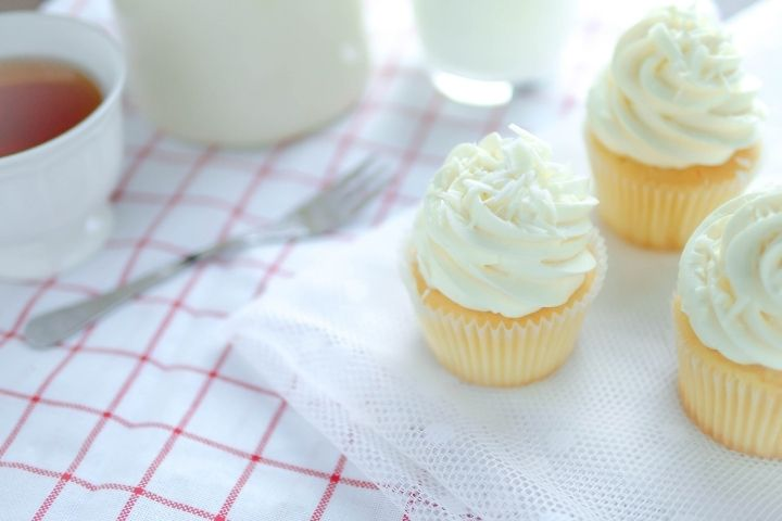 buttercream frosting on yellow cupcakes